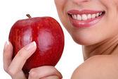 Mulher sorridente com apple isolado no branco — Foto Stock