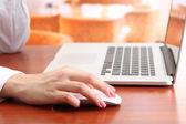笔记本电脑,在明亮的背景上工作的女性手 — 图库照片