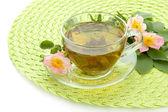 杯与髋关节的月季花,白色上孤立的草药茶 — 图库照片