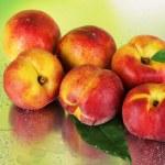 pêssegos no fundo verde metal — Foto Stock