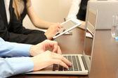 Mannelijke handen met laptop op office achtergrond — Stockfoto