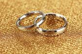 Anéis de casamento no fundo brilhante — Foto Stock