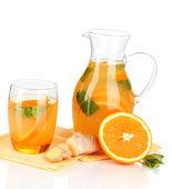 Turuncu limonata sürahi ve bardak beyaz izole — Stok fotoğraf