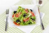 Salada leve no prato guardanapo — Fotografia Stock
