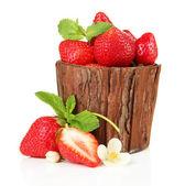 木製の花瓶、白で隔離される葉と熟した甘いイチゴ — ストック写真