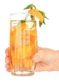 Vaso de bebida de frutas con cubitos de hielo en mano aislado en blanco — Foto de Stock