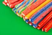 Sladké želé bonbóny na zelené poza — Stock fotografie