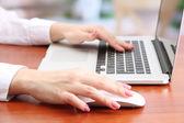 Manos femeninas trabajando en portátil, sobre fondo brillante — Foto de Stock