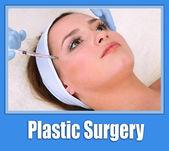 Ung kvinna mottagande plastikkirurgi injektion på hennes ansikte på nära håll — Stockfoto