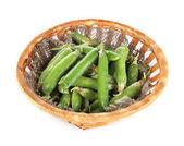 绿豌豆在篮子上白色隔离 — 图库照片