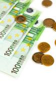 Eurobankovky a euro centů izolované na bílém — Stock fotografie