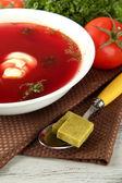 Zupę z kostki bulionowe na drewnianym stole — Zdjęcie stockowe
