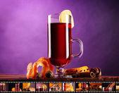 Vinho quente no vidro com película fotográfica de bebidas em fundo roxo — Foto Stock