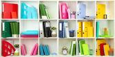 Weiße büro regale mit verschiedenen briefpapier, nahaufnahme — Stockfoto