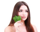 Mulher jovem e bonita com verde folhas isolado no branco — Foto Stock