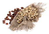 Green and brown coffee beans isolated on white — Stock Photo