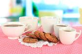 Tassen Kaffee mit Keksen auf Rosa Serviette auf Fensterhintergrund — Stockfoto