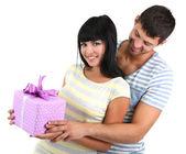 красивая влюбленная пара с подарком, изолированные на белом фоне — Стоковое фото