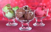 Deliciosos helados en mesa sobre fondo brillante — Foto de Stock