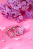 Beautiful wedding rings on pink background — 图库照片