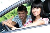 美丽快乐年轻夫妇开的车 — 图库照片