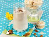 Choklad-grädde cocktail på blå duk närbild glas — Stockfoto