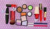 Cosmética decorativa sobre fondo púrpura — Foto de Stock