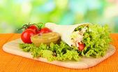 Kebab - gegrilltes fleisch und gemüse, auf bambusmatte, auf hellem hintergrund — Stockfoto
