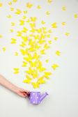 Бумага желтые бабочки летать из лейки — Стоковое фото
