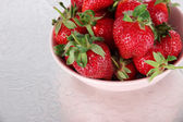 Strawberries in bowl on metal background — Stock Photo