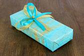 Paquete romántico sobre fondo de madera — Foto de Stock