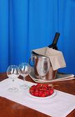 Vin et les verres sur la table ronde sur fond de tissu — Photo