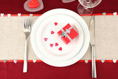 Table setting in honor of Valentine's Day close-up — Stockfoto