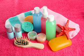 Hotel cosmetics kit on pink towel — Stockfoto