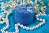 Blommor och förlovningsring på blå duk — Stockfoto
