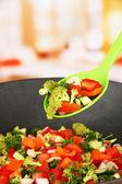 Içinde parlak zemin üzerine wok sebze yahni — Stok fotoğraf