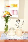 棚の背景にテーブルの上のキッチン組成 — ストック写真