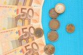 Euro banknotes and euro cents on blue background — 图库照片
