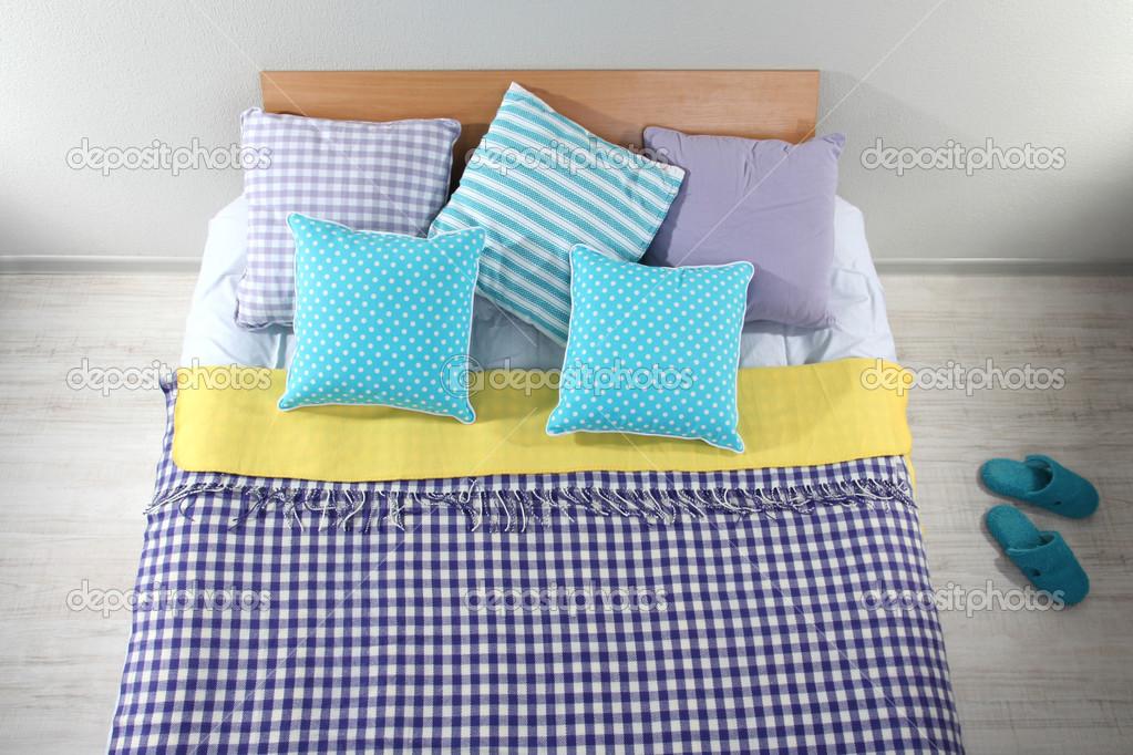 bett im zimmer ansicht von oben nahaufnahme stockfoto belchonock 27116121. Black Bedroom Furniture Sets. Home Design Ideas