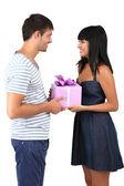 Bella coppia di innamorati con dono isolato su bianco — Foto Stock