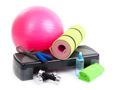 Diferentes herramientas de fitness aislado en blanco — Foto de Stock