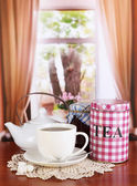 Jar e xícara de chá na mesa na sala — Fotografia Stock