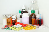 Medical bottles and pills on shelf — 图库照片