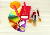 絵画のために設定: ペイント ポット、ブラシ、白い木製のテーブルのペイント ローラー — ストック写真