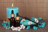 Composition de spa avec des huiles aromatiques le gros plan de table — Photo