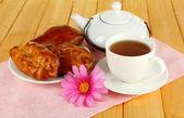 テーブルのクローズ アップの茶とチェリーパイ — ストック写真