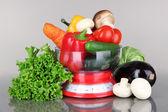 čerstvá zelenina v šupiny na šedém pozadí — Stock fotografie
