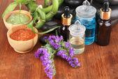 Composition des spas aux huiles et pierres de spa sur close-up de table en bois — Photo