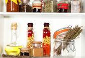 Especias variedad en primer plano de estantes de cocina — Foto de Stock
