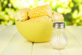Milho cozido na bacia, na mesa de madeira, no fundo brilhante — Fotografia Stock